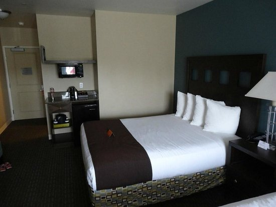 Oxford Suites Silverdale: Bed, mini fridge and microwave.