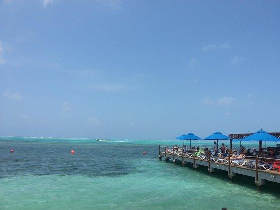 Decameron Aquarium: Vista al muelle y piscina natural del hotel. .. excelente