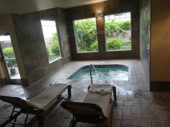 Oxford Suites Silverdale: Nice warm hot tub!