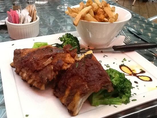 Carlyle Inn and Bistro: ribs with Dave's BBQ sauce