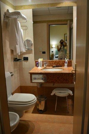 Hotel Tritone : baño completo y comodo