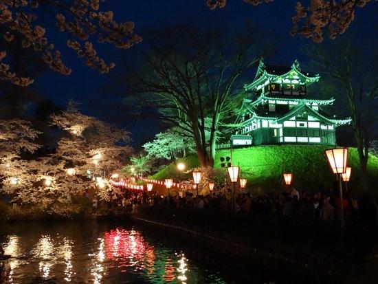 Takada Park: 櫓とお堀のライトアップ