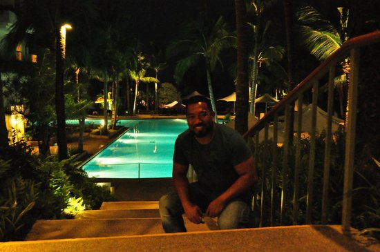 Shangri-La's Mactan Resort & Spa: The pool area by night