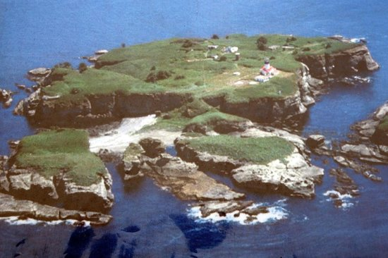 Cape Flattery Trail: island with lighthouse in front of end of walk