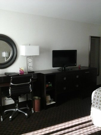 Crowne Plaza Phoenix Airport: Business area in king room