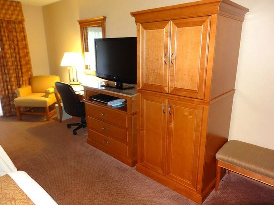 Best Western Plus Oak Harbor Hotel and Conference Center: Nice wood armoire with fridge and microwave inside.