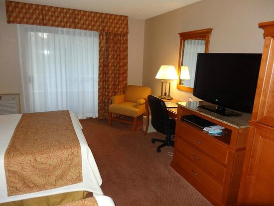 BEST WESTERN PLUS Harbor Plaza and Conference Center: Lots of room for the crib.