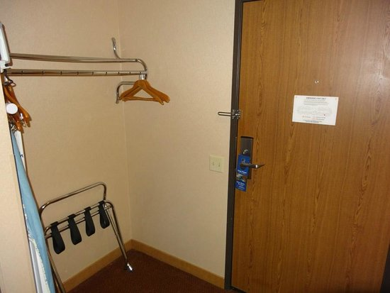 Best Western Plus Oak Harbor Hotel and Conference Center: Door to room and closet.
