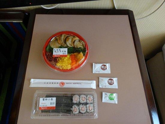 Panda Hotel : 近くの店で購入した寿司。旨い。