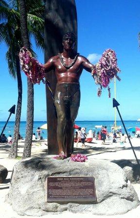 Aqua Pacific Monarch: Duke Kahanamoku statue at beach 2 blocks away