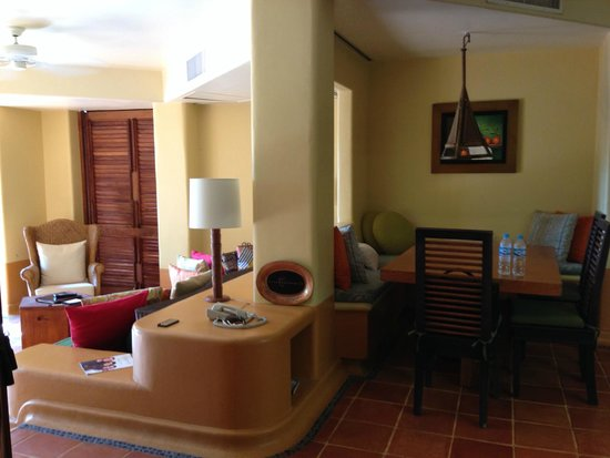Embarc Zihuatanejo: Dinning/Family room