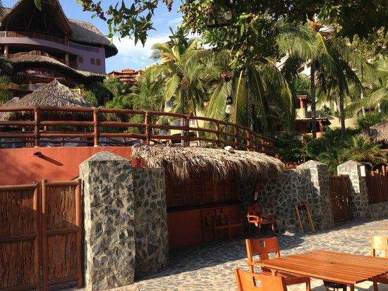 Embarc Zihuatanejo: View of the restaurant-bar by the pools