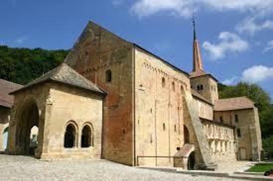 Croy, Switzerland: Tout près, le village de Romainmôtier avec sa magnifique Abbatiale