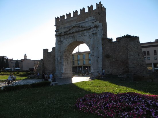 Arco d'Augusto: Арка Августа
