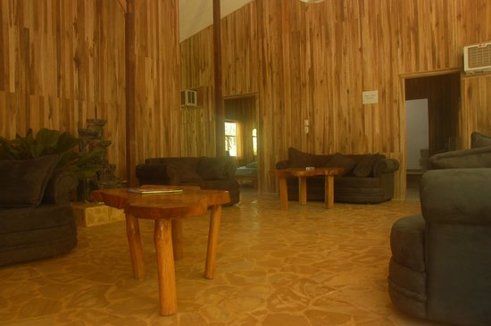 Hotel Aurora: Lounge area with Cable TV