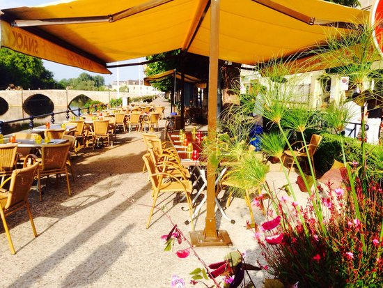 Banana's Kafe: La terrasse au bord de l'eau