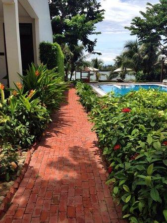 Hoi An Silk Marina Resort & Spa: Walk side