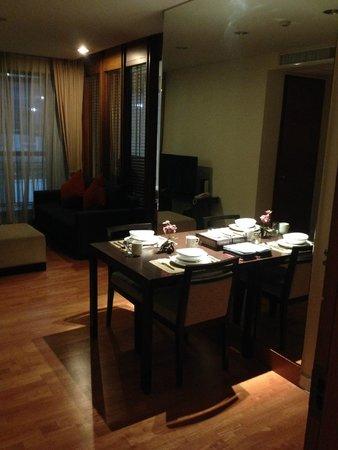 Amanta Ratchada Serviced Apartment Bangkok Hotel: huge mirror makes ur room looks bigger.