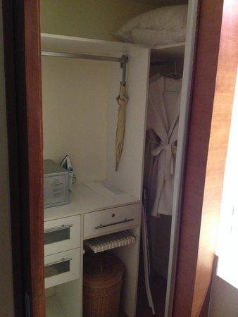 Amanta Ratchada Serviced Apartment Bangkok Hotel: locker and wardrobe