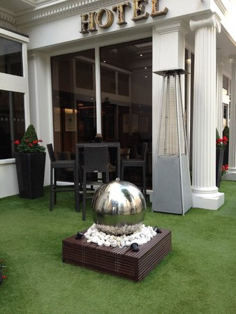 Blakemore Hyde Park : Outdoor Terace Water feature
