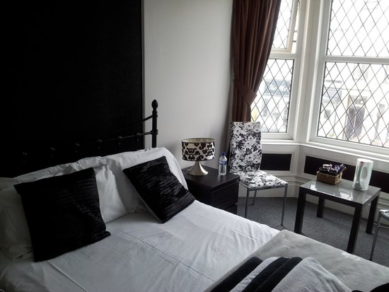 Shananagens Guest House: Lovely double room part of the family room