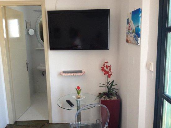 Eleni Rooms: Chambre luxe coin Tv vue entrée sdb