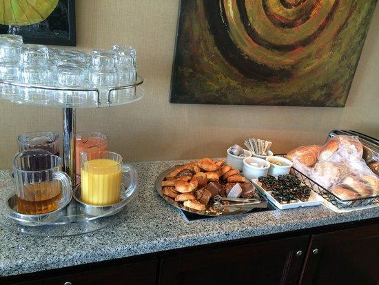 Sheraton Grand Sacramento Hotel : Club lounge breakfast selection