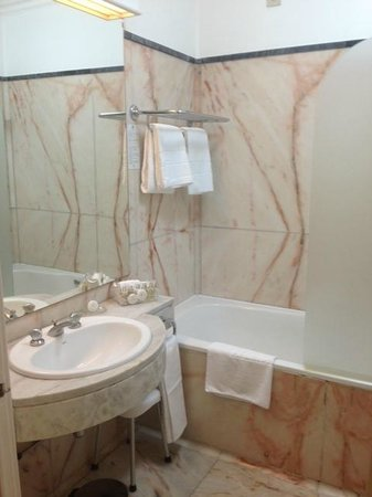 Hotel Avenida Palace : Bathroom is spacious enough
