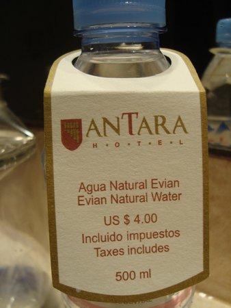 Antara Hotel : Custo da água no quarto.