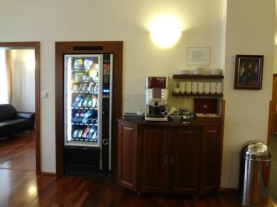 Cloister Inn Hotel: vending & coffee machine