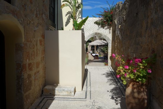 Spirit of the Knights Boutique Hotel : walkway to courtyard