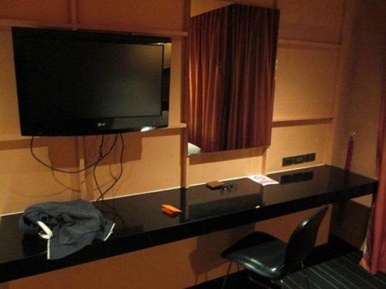 The Heritage Bangkok: writing table and TV