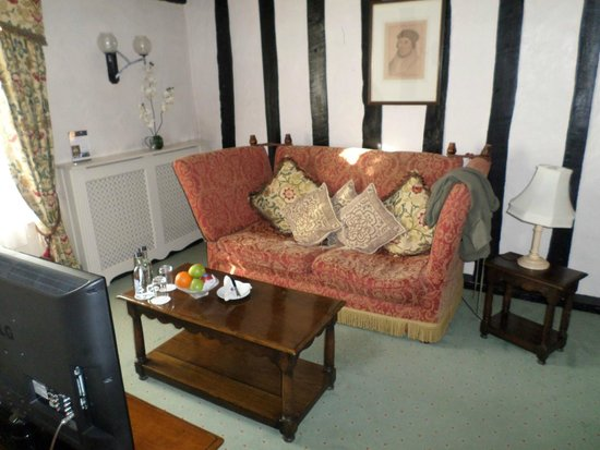 Marygreen Manor Hotel: The lounge area of Catherine of Aragon Suite