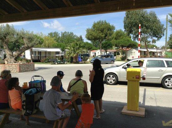Camping Le Soleil de La Mediterranee : L'entrée du camping avec les vigiles et l'arrêt du ptit train