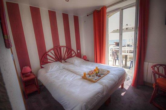 Hotel Les Rochers : un petit déjeuner en terrasse face à la grande plage