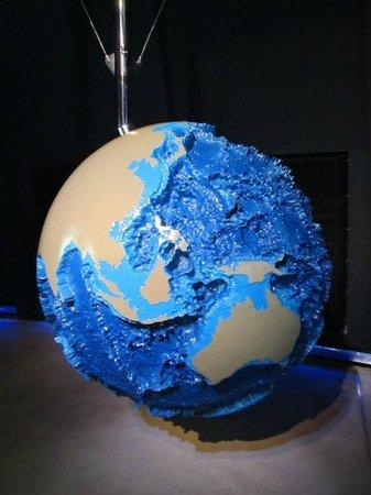 Ozeaneum: глобус, на котором обозначен рельеф Мирового океана