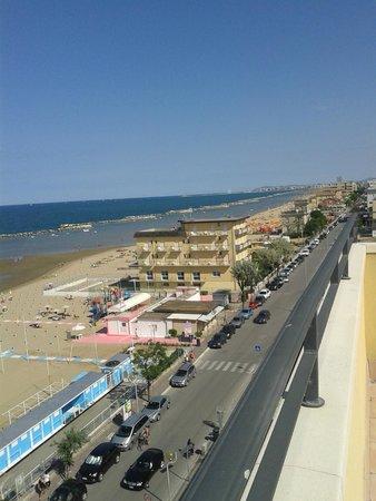 Hotel Palos: La spiaggia ed il lungomare