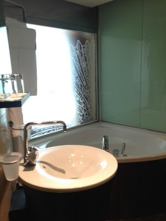 Le Meridien Beach Plaza: bathtub or shower design room type offers