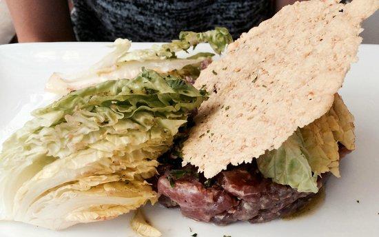 Sea Lounge : Tartare de thon et tuile de parmesan