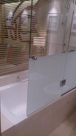 Radisson Blu Hotel, Doha: Shower
