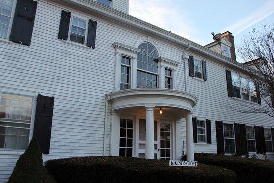 The White House Inn: entrance