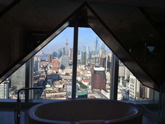 Shanghai Marriott Hotel City Centre: View of city from bath tub