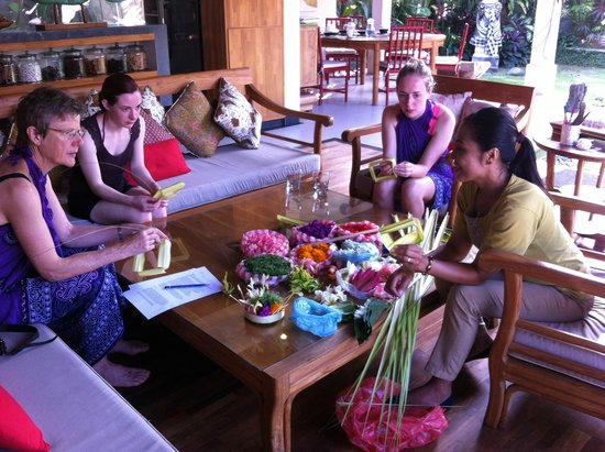 Mind Body Soul Surf Bali Retreat: Learning how to make Balinese offerings in the private villa