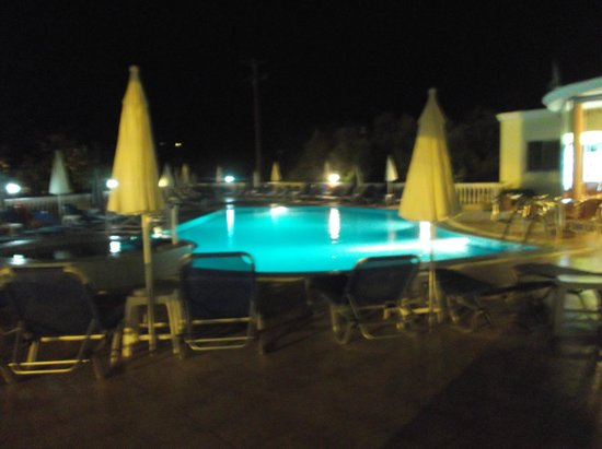 Georgia Apartments : pool at night