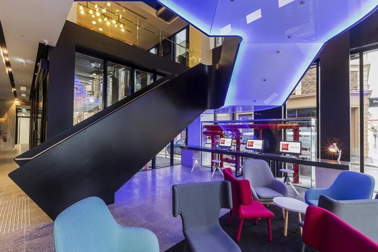 Ibis Adelaide: Lobby stairs