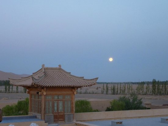Silk Road Dunhuang Hotel: rear view from roof terrace