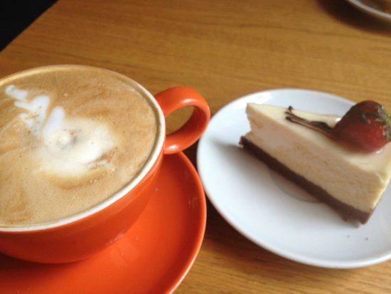 Werner Cafe-Lounge: Latte' and cheesecake!