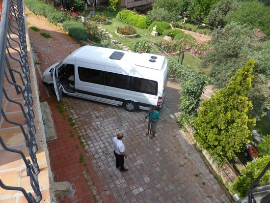 Ongen Country Hotel : Parking was challenging for our minibus