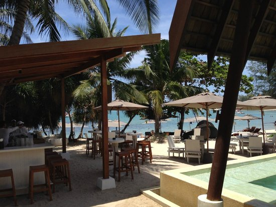 SALA Samui Resort And Spa : Looking through pool/bar area to beach