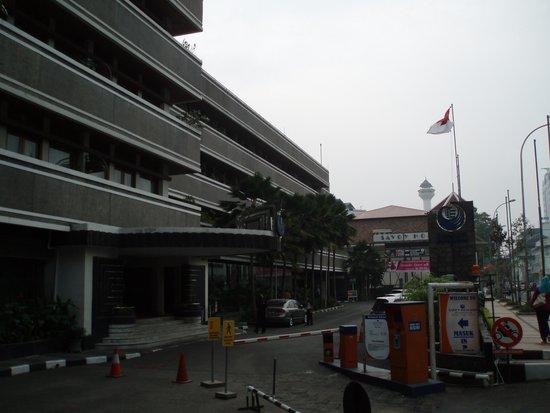 Hotel Bidakara Grand Savoy Homann Bandung: かなりくたびれてます